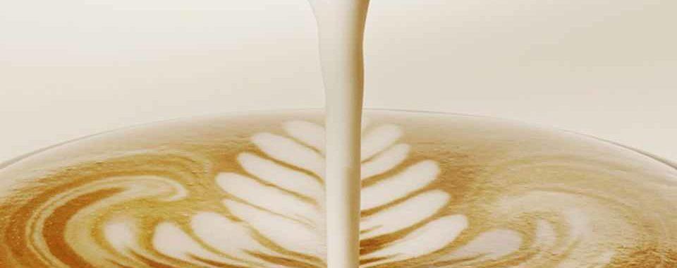 Horké mléko pro přípravu cappuccina