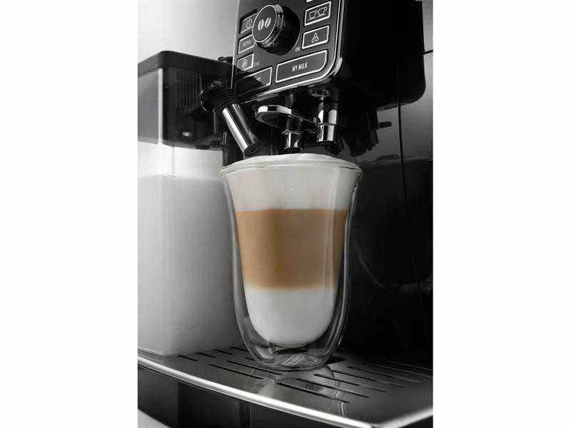 Espresso kávovar Espresso kávovar DeLonghi ECAM 25.452.B detailní pohled na přípravu Latte Macchiato